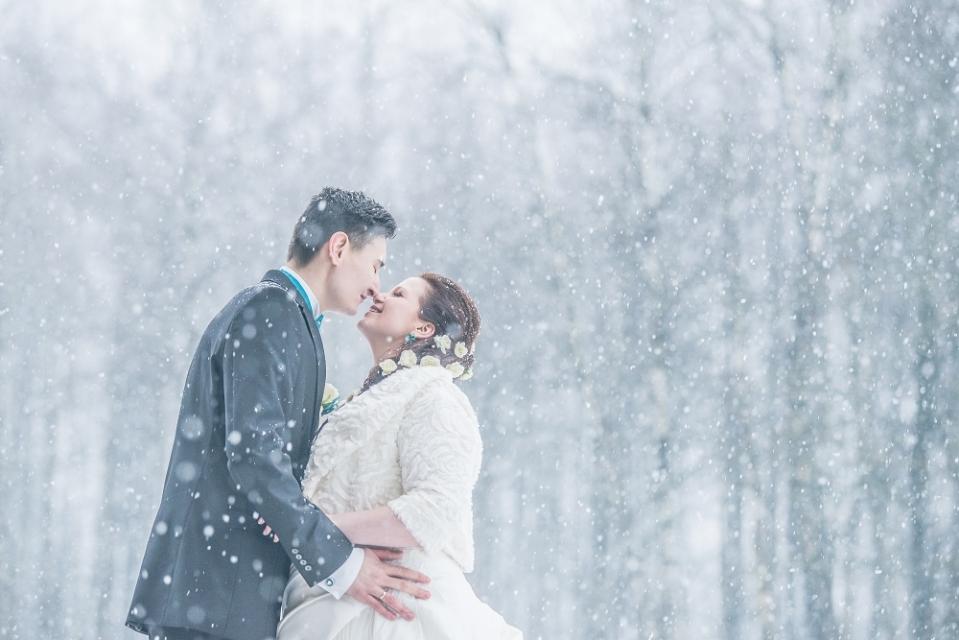 kāzas ziemā idejas kāzām ziemā kāzu fotogrāfs ziemā labs kāzu fotogrāfs ziemā interesantas kāzas ziemā fotosesija putenī kāzas putenī putina sniegpārslas kāzu kleita ziemā matu sakārtojums frizūra apģērbs ziemas kāzām
