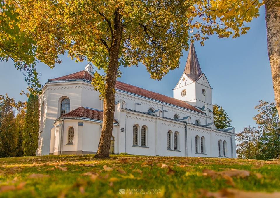 Saldus rudens ainava dabas fotogrāfs saldū kurzemē saldus baznīca baznīcas bilde bildes fotogrāfijas