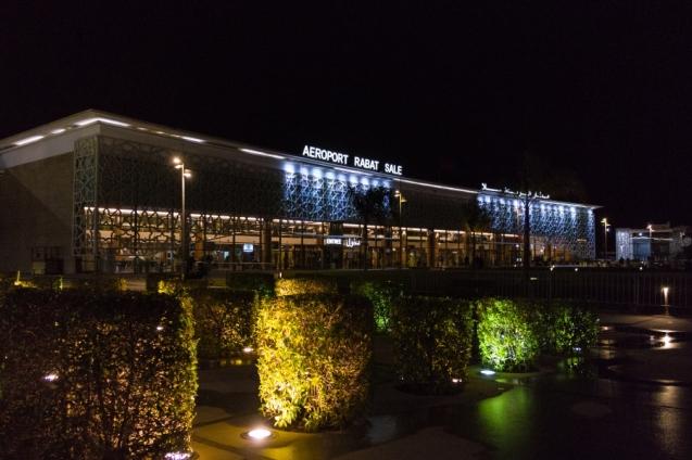 Mēs uz nedēļu Eiropu esam atstājuši aiz muguras. Marokas galvaspilsētas Rabatas lidosta. Pirmās minūtes un pirmais pārsteigums - noīrētais auto nesagaida, uz zvaniem neatbild. Agris pavisam drīz mūsu rīcībā iegūst Dacia Logan no citas autoīres firmas. Vēls vakars un ceļš ved līdz pirmajam hotelim Kasablankā.