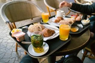 Brokastīs pirmā tēja un svaigi spiesta apelsīnu sula. Nākamo dienu laikā tās tiks dzertas no rītiem, pusdienās, vakaros un vēl.