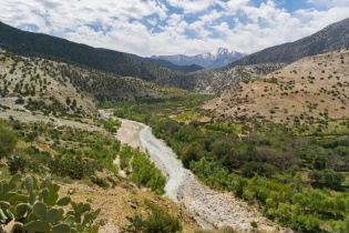 Gandrīz katrā kalnu nogāzē berberu (vietējie ziemeļāfrikas iezemieši) ciemati.