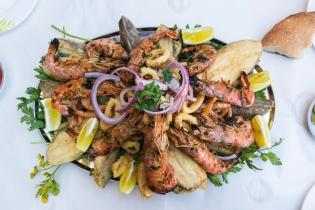 Ne cik ilgi, kad zivju paplāte galdā. Daudz un garšīgi. Par higiēnu un tīrību nedomā - vienkārši ēd.