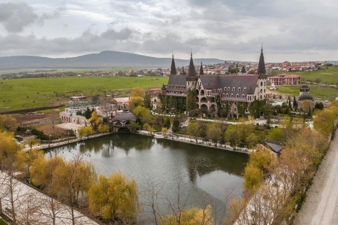 Atpakaļceļā uz Burgasu dodamies gar Ravadinovo pili. Mums viedokļi dalās :) Lai šo vietu izbaudītu, iespējams, ka jāatgriežas vēlreiz citā gadalaikā.