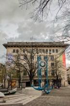 Burgasa. Pilsētas centrā uz ēkas (noteikti, ka svarīgas) Bulgārijas un ES karogs, lai neaizmirstam, ka esam Eiropā. Jā, šeit to var viegli piemirst.